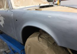 Beim Lackierer angekommen, wird der alte Lack weitgehendes runter geschliffen, so wird der 964 nachher nicht so dick von der Lackschicht
